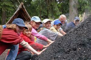 Kinderköhlerei während der Köhlerwoche im August