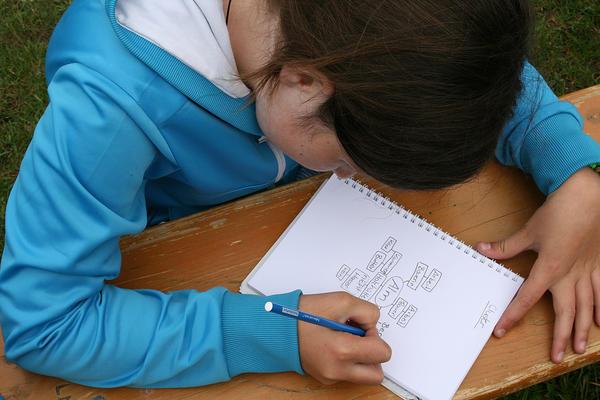 Schülerin während einer Schreibwerkstatt im Museum